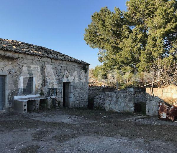 Caseggiato rurale nei pressi della diga di Santa Rosalia, Ragusa