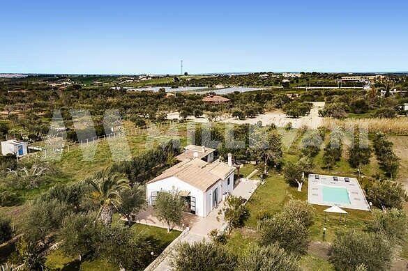 Villa con dependance e piscina a Santa Maria del Focallo, Ispica
