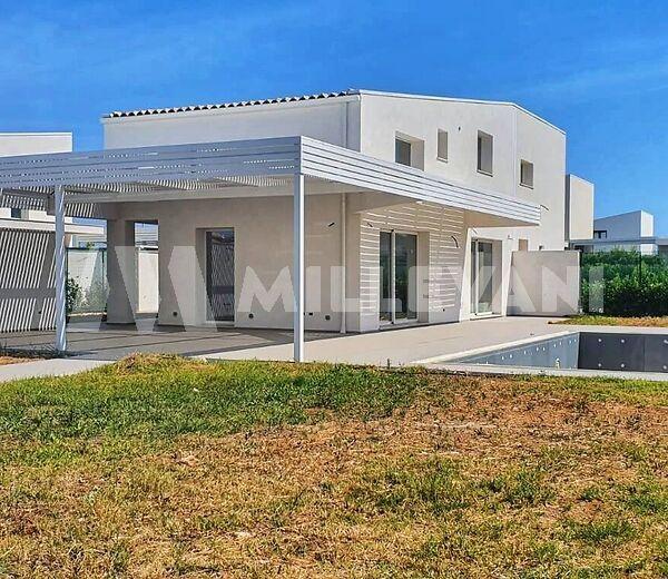villa di nuova costruzione con piscina a 200 metri dal mare