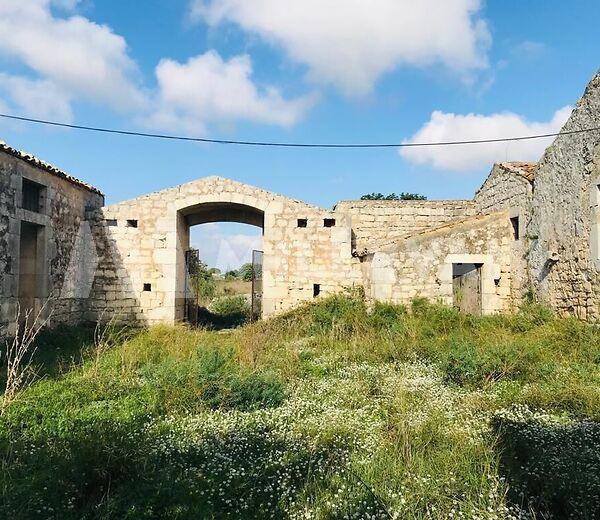 Casale in pietra tipica immerso nella campagna modicana