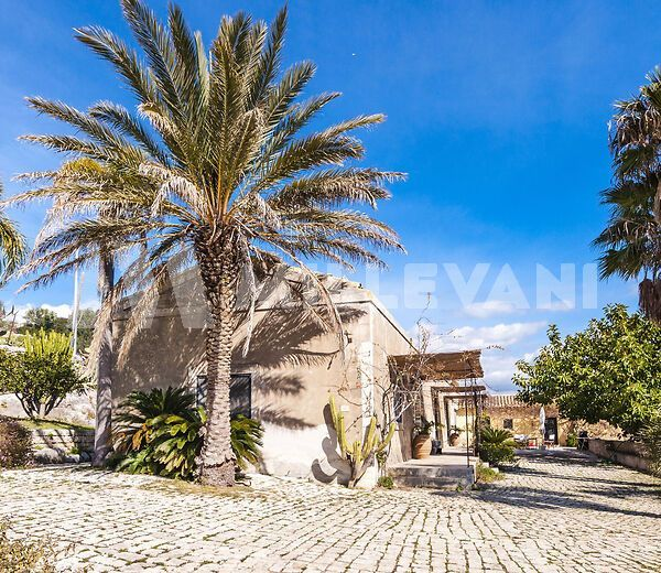 Antico Caseggiato in pietra finemente ristrutturato