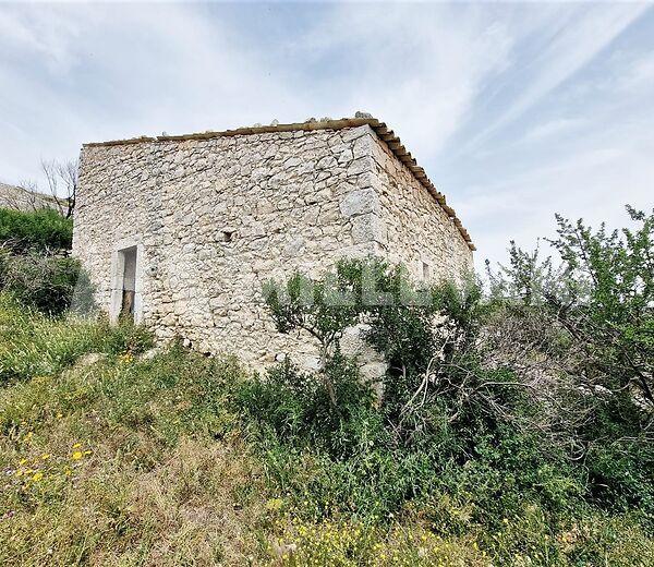 Antico caseggiato rurale in posizione dominante sulla campagna Iblea