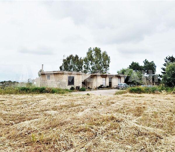 Caseggiato rurale immerso nella campagna Modicana